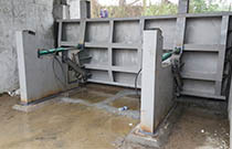 Hydraulic upturn gate